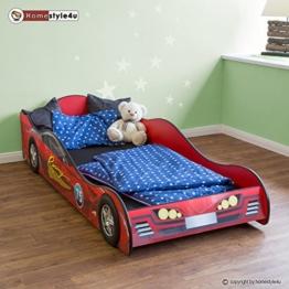 Rotes Rennwagenbett mit blauer Bettdecke im Kinderzimmer  mit Teddybär auf der Matratze