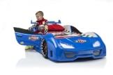 Blaues Kunsstoff Rennwagenbett mit öffenbaren Türen und kleinem Jungen der gerade aussteigt