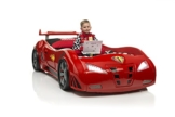 Rennwagenbett in Rot mit kleinem Jungen, der das Auto in Phantasie steuert