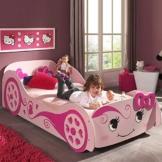 Rosa Rennwagenbett mit kleinem Mädchen auf dem Bett