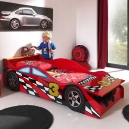 Rotes Kleinkindbett in Rennwagenoptik mit kleinem Jungen der davor spielt