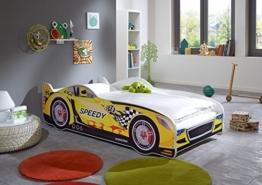 gelbes Relita Rennwagenbett in Kinderzimmer mit Teppichen und offenem Fenster