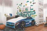 blaues Kleinkindbett als Rennwagenbett von Relita in hellem Kinderzimmer vor bunter Wand