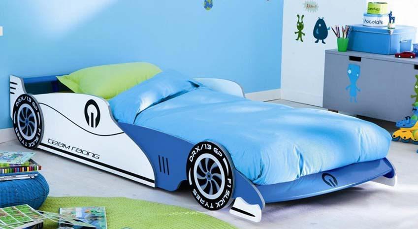 blaues Rennwagenbett von Demeyere im Kinderzimmer mit grünem Teppich und blauer Wand