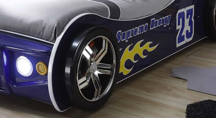 Ausschnitt eines Rennwagenbettes in blau von Pol Power. Man sieht die Kunststoff Reifen und die LED Front Beleuchtung