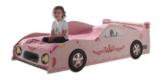 Rosa Mädchenbett als Rennwagenbett ausführung mit kleinem Mädchen auf dem Bett