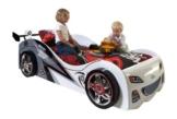 Rennwagenbett in weiß mit zwei spielenden Kindern