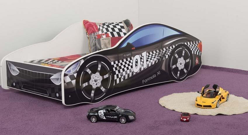 Schwarzes Rennwagenbett auf lila Teppichboden mit einem gelben und schwarzen Spielzeugauto davor- Hersteller ist Nobiko