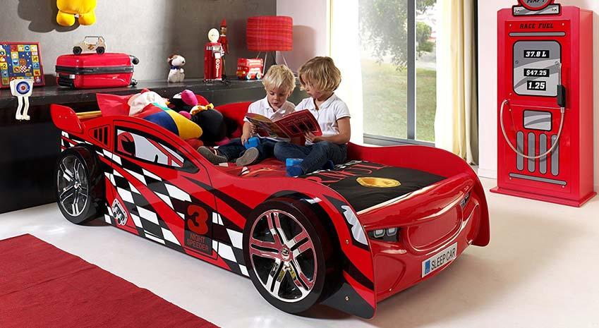 Rennwagenbett Vipak, in rot mit zwei Kindern darauf, die gemeinsam in einem Buch lesen