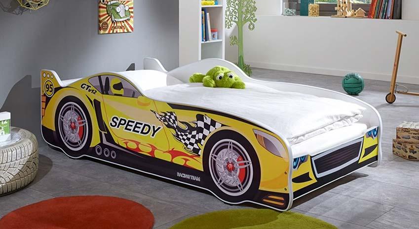 Relita Rennwagenbett in Gelb in einem Kinderzimmer mit rotem und grünen Teppich