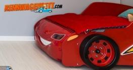 Vorteil Rennwagenbett im Kinderzimmer. In Rot vor einer Wand