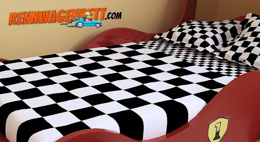 Rennwagenbett aus Holzwerkstoff in Rot mit kariertem Bettbezug in schwarz weiß